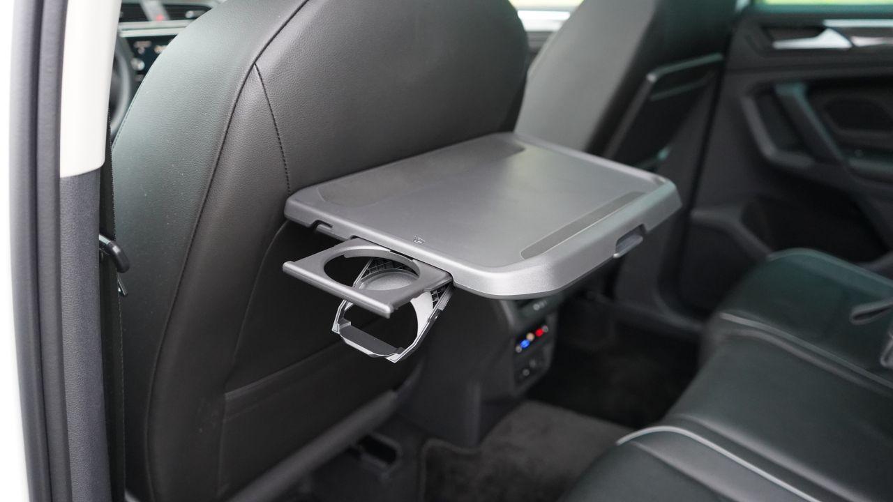 Столик с подстаканником для задних пассажиров