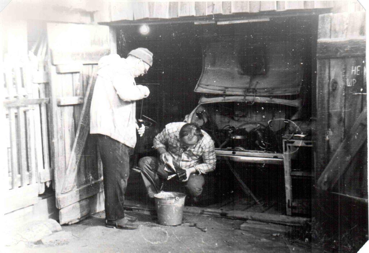 дед и отец отмывают масляный радиатор