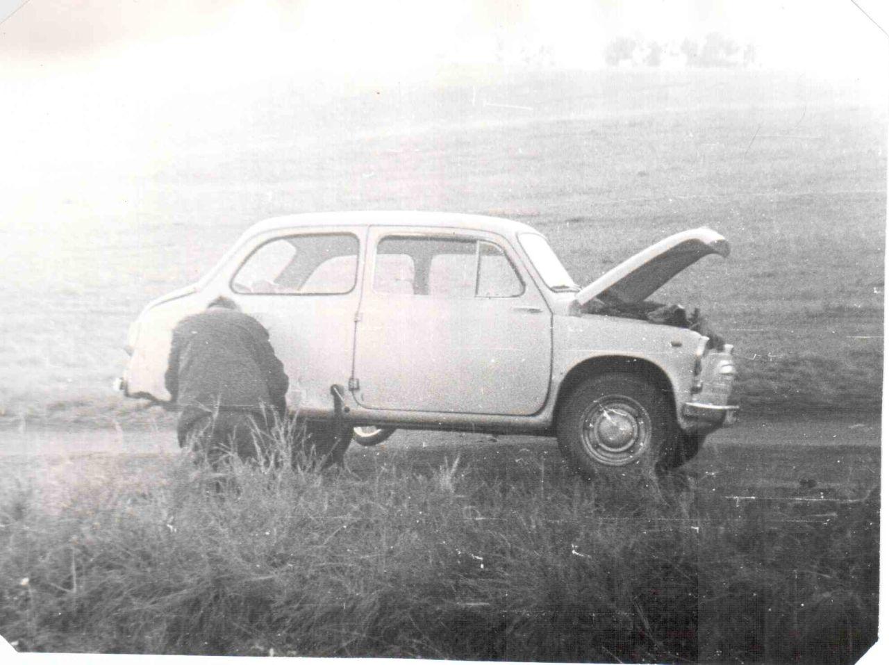 """замена проколотого колеса. под машиной видно колесо моего мокика """"Карпаты-2"""""""