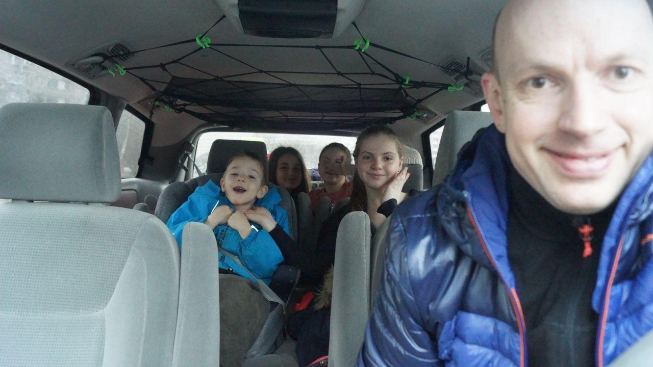 С четырьмя детьми в Кировск на горных лыжах кататься.