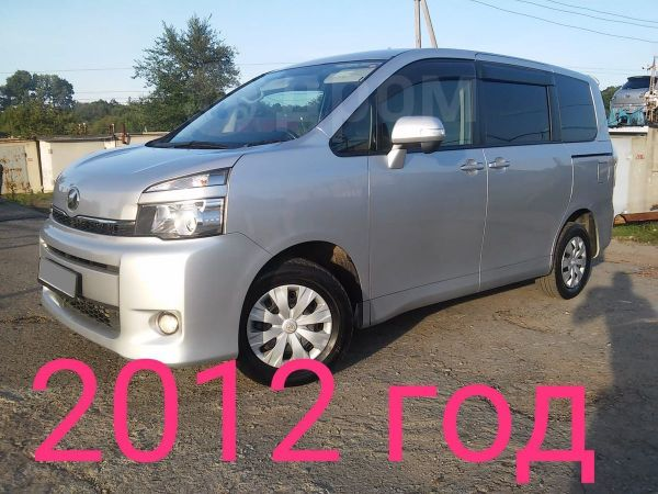 Toyota Voxy, 2012 год, 880 000 руб.