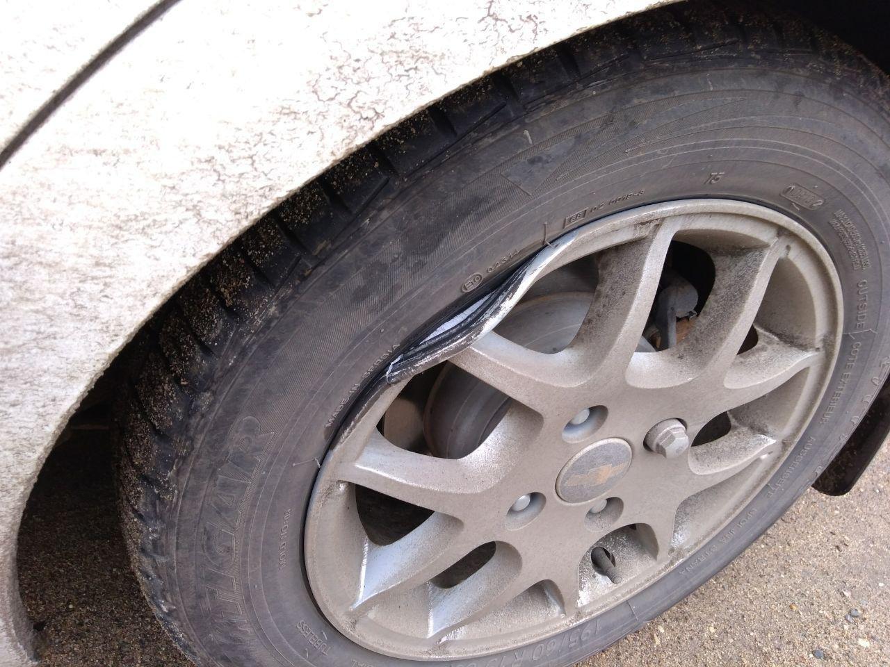Попала в яму колесом авто