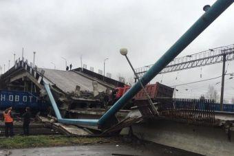 В результате происшествия пострадал водитель большегруза, его доставили в больницу.