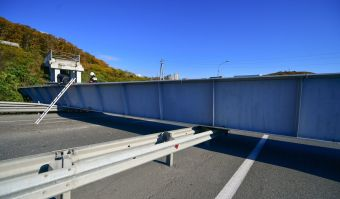 У самосвала, проезжавшего под пешеходным мостом, самопроизвольно поднялся кузов. Сейчас движение по трассе восстановлено.