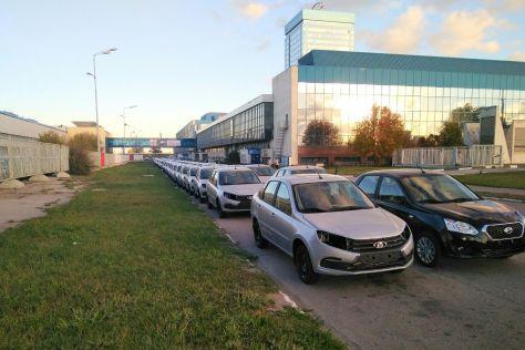 Недособранные автомобили около завода «АвтоВАЗа» в Тольятти