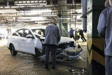 В честь снятия Альмеры с производства на АвтоВАЗе разбили одну из только что сошедших с конвейера машин об опору цеха (это вышло случайно).