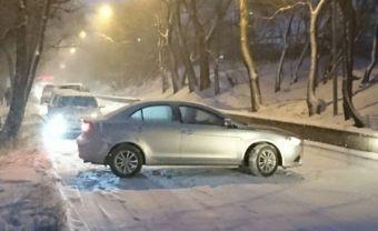 Это позволит водителям более уверенно чувствовать себя на обледенелой дороге и во время снегопада.