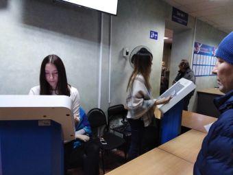 В Челябинске волонтеры помогают посетителям МРЭО меньше стоять в очередях
