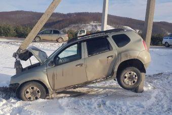 Водитель и пассажиры получили травмы, машину вытащили с трудом.