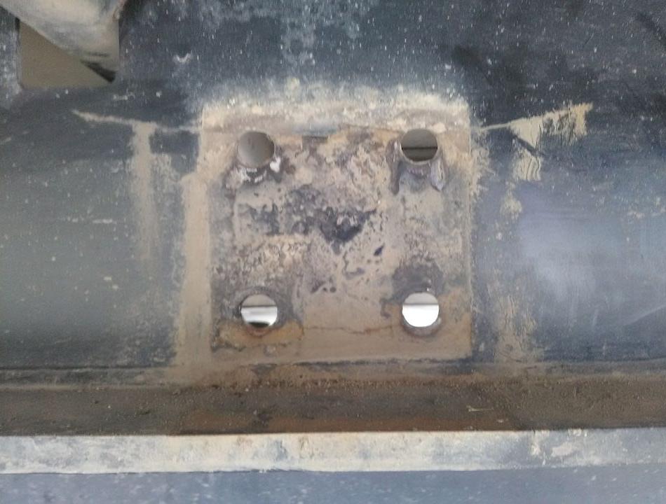 Несущая балка, место крепления запасного колеса (кронштейн снят) - трещины и вверху и внизу