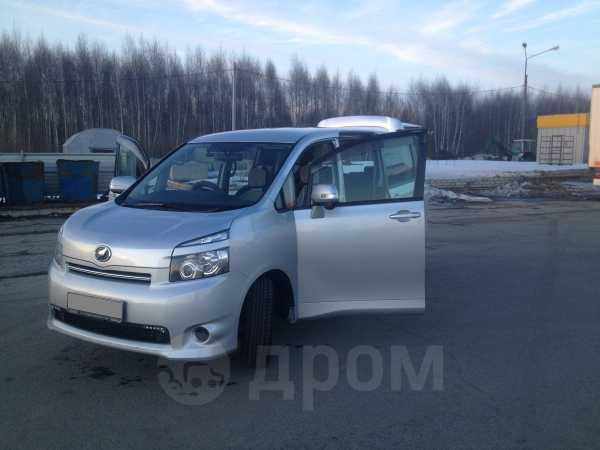Toyota Voxy, 2009 год, 739 000 руб.
