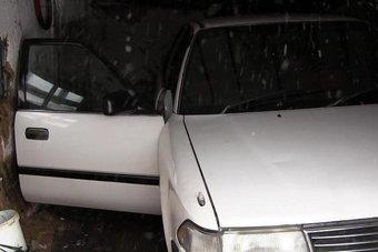 Одна из машин застряла в снегу, другая не завелась. С велосипедом таких проблем не возникло.