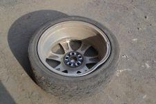 У его автомобиля были повреждены оба правых колеса и литые диски.