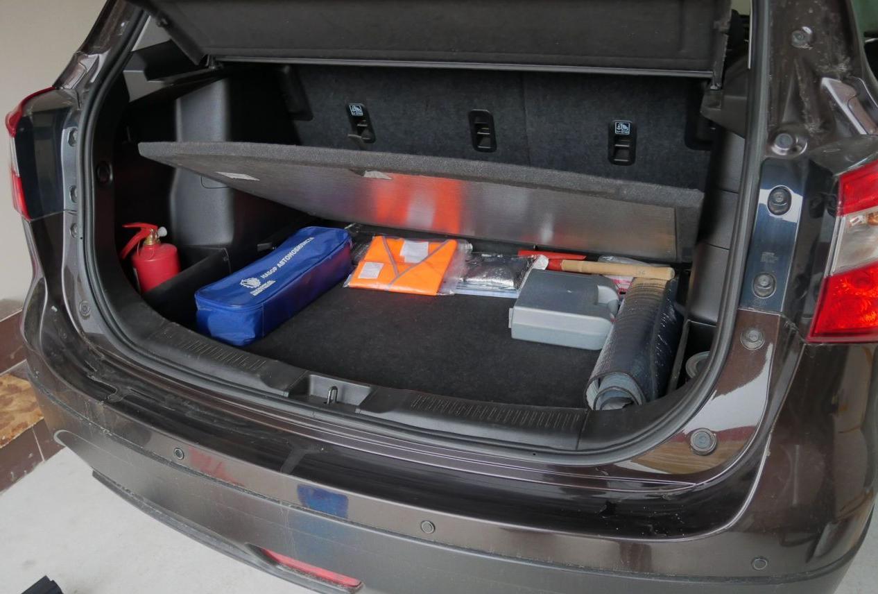 Подполье багажника с откинутой полкой