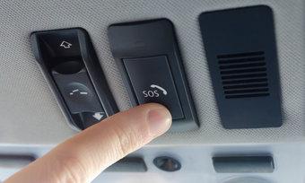 Нажав SOS-кнопку в автомобиле, можно выйти на связь с диспетчером экстренной службы.