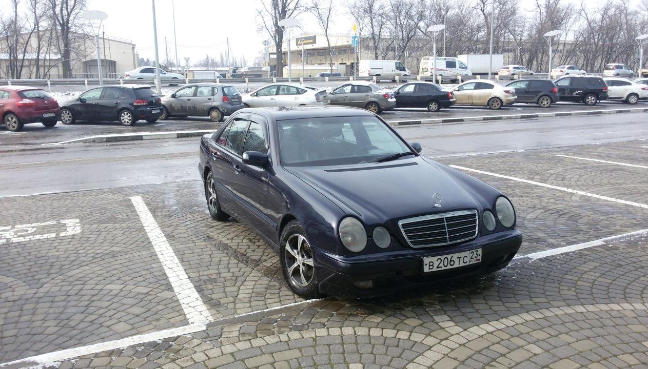 """На парковке мерседес-центра """"СБСВ-КЛЮЧАВТО» г. Краснодар. За секунду до самой дорогой диагностики в моей жизни"""