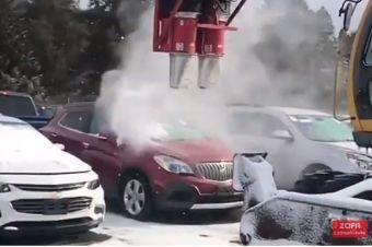 Играли в снежки попали в полицейскую машину 19 12 2011 видео