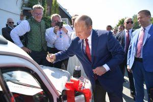 Кабриолет Volkswagen Beetle с автографом Путина передали на благотворительность