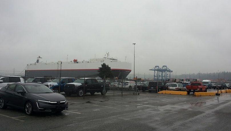 Порт. С корабля выгружают новые и БУ японские авто