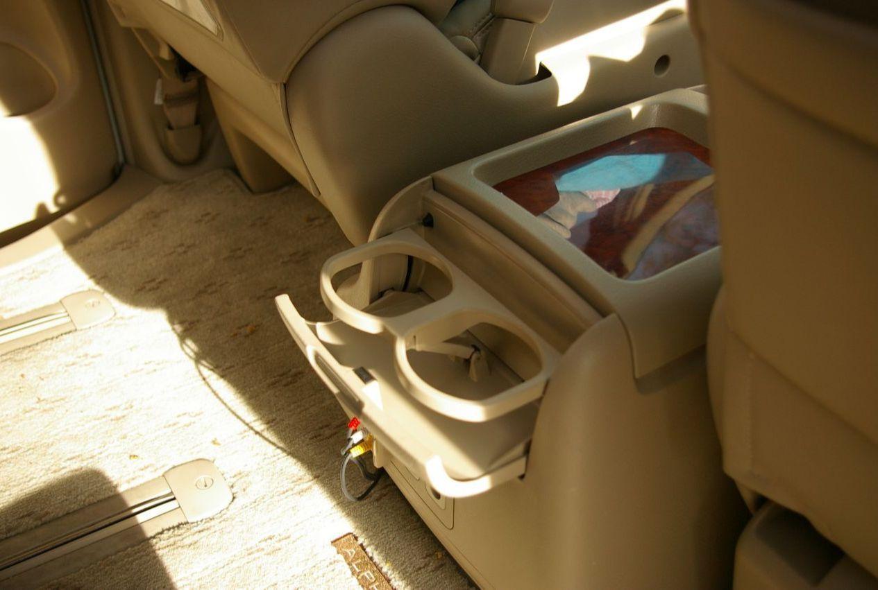 Куча подстаканников и отсеков для хранения по всей машине.