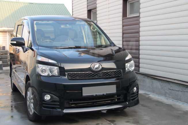 Toyota Voxy, 2012 год, 990 000 руб.