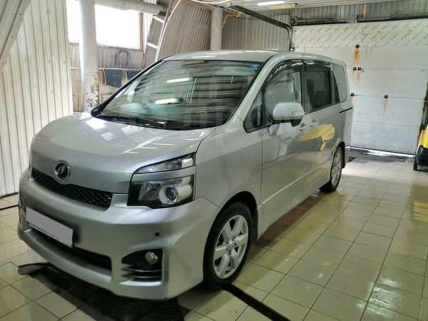 Toyota Voxy, 2010 год, 799 000 руб.