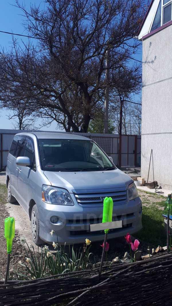 Toyota Noah, 2004 год, 545 000 руб.