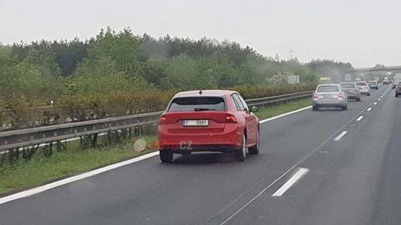 Новые Skoda Superb и Octavia Combi лишились камуфляжа