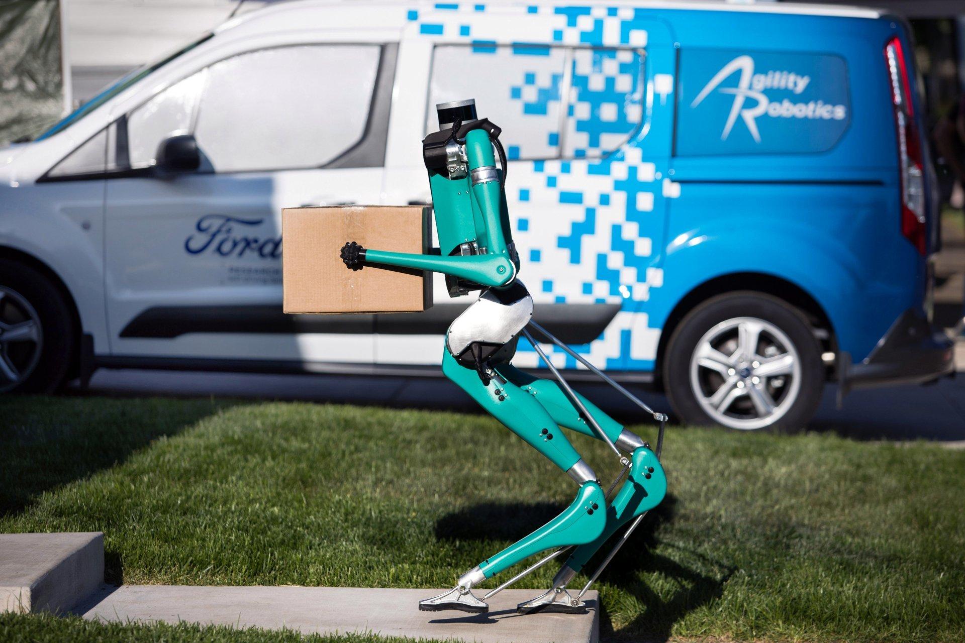 Ford представил прямоходящего робота-доставщика (ВИДЕО)