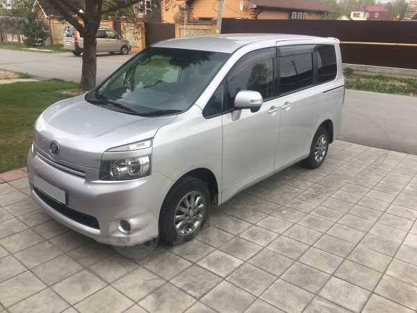 Toyota Voxy, 2009 год, 815 000 руб.