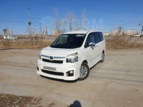 Toyota Voxy, 2010 год, 899 000 руб.
