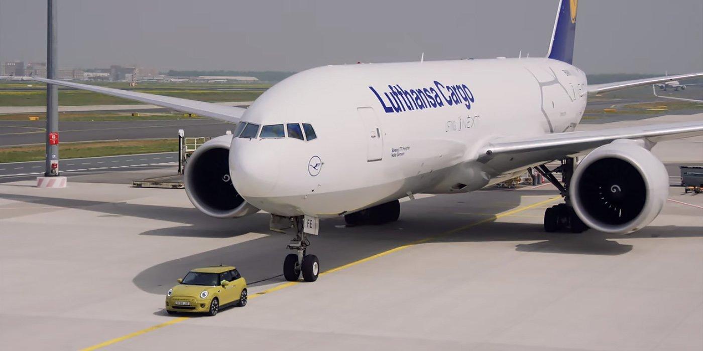 Новый электрокар Mini готов буксировать даже Boeing-777F