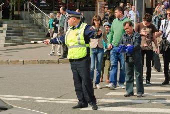 Автоинспекторы будут ловить нарушителей среди водителей и пешеходов.