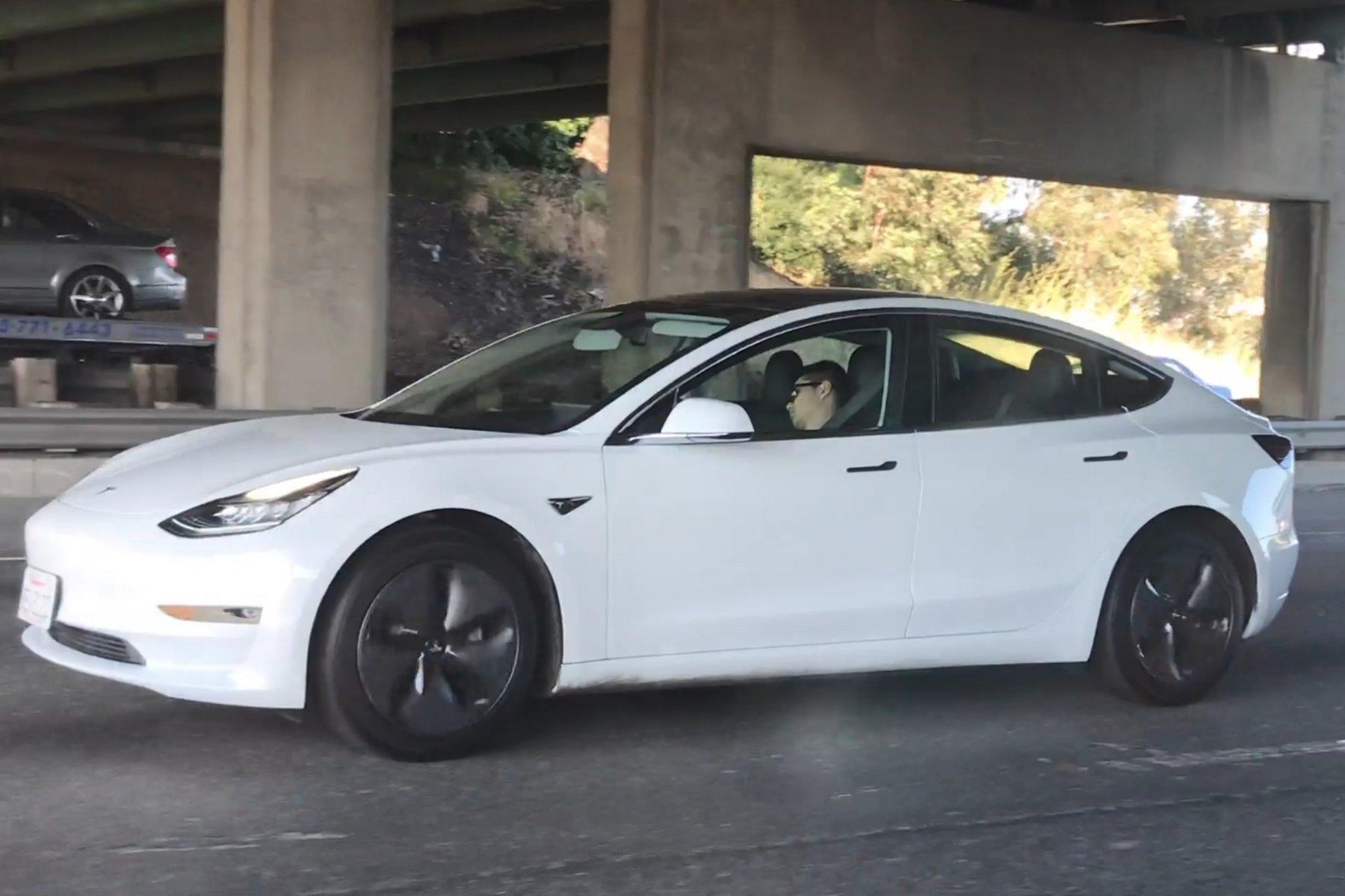 Водителя Tesla Model 3 засняли во время сна за рулем