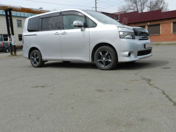 Toyota Voxy, 2007 год, 729 000 руб.