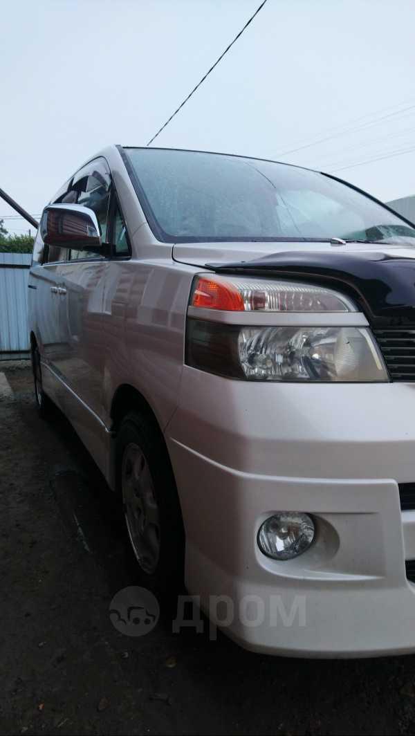 Toyota Voxy, 2004 год, 320 000 руб.
