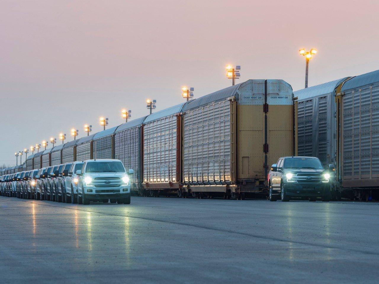 Посмотрите, как прототип электрического Ford F-150 буксирует груженый поезд (ВИДЕО)