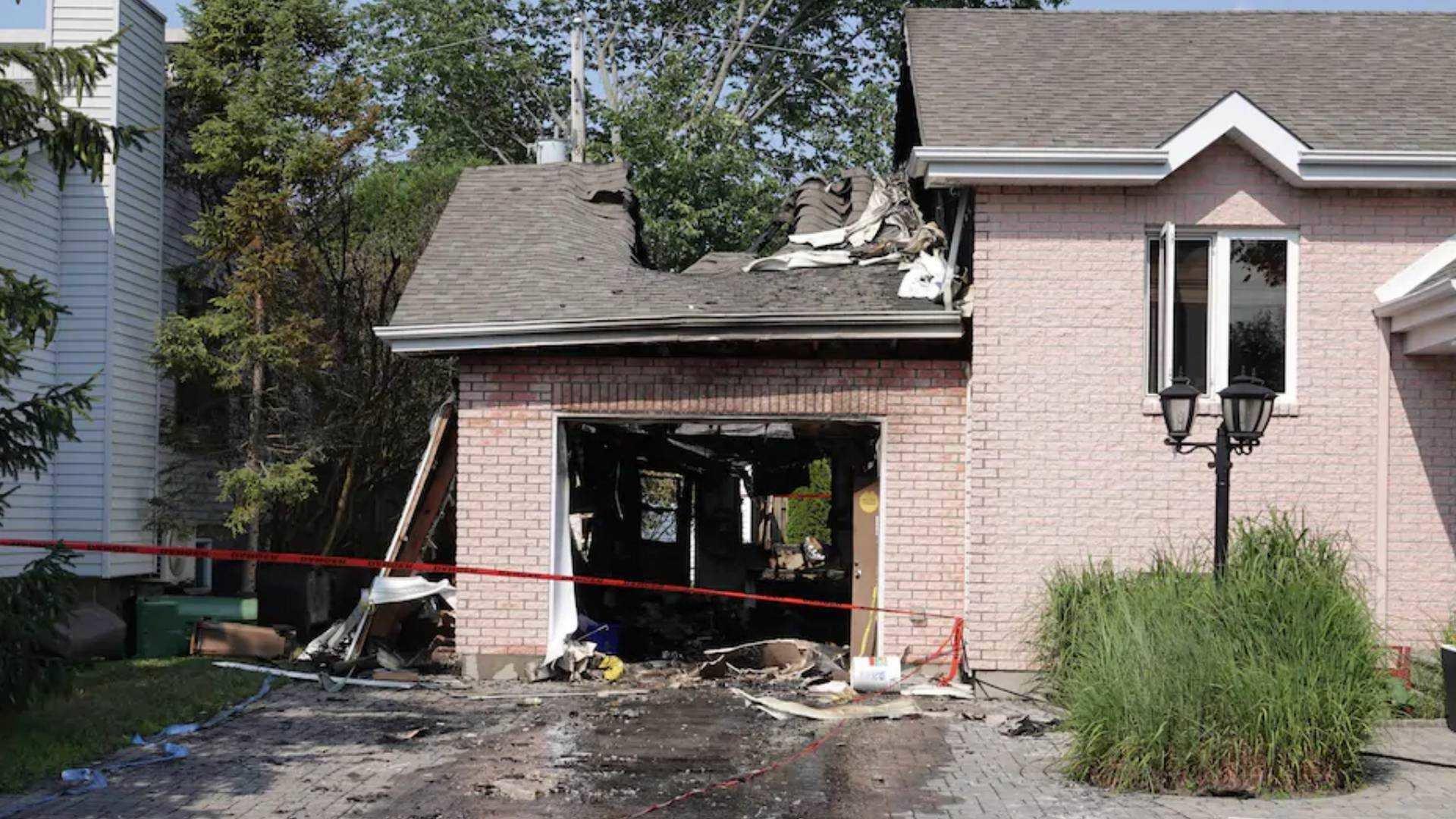 Взорвавшийся электрокар Hyundai Kona выбил ворота в гараже и привел к масштабному пожару