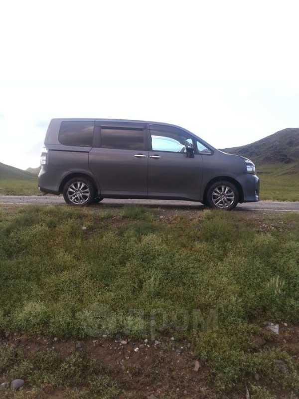 Toyota Voxy, 2010 год, 830 000 руб.