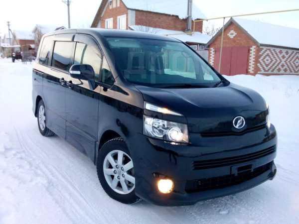 Toyota Voxy, 2010 год, 885 000 руб.