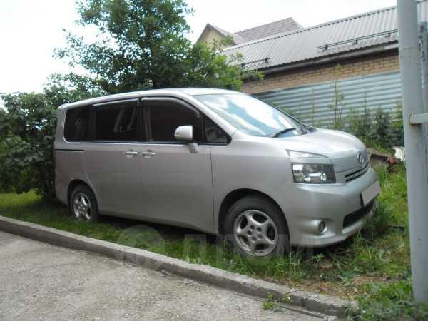 Toyota Voxy, 2008 год, 715 000 руб.