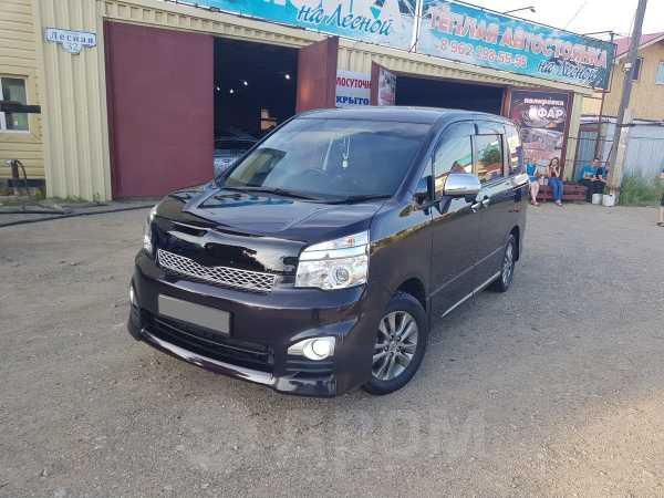 Toyota Voxy, 2013 год, 999 000 руб.