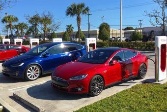 Tesla Model S и Model X можно снова бесплатно заряжать «суперчарджером». Откуда такая щедрость?