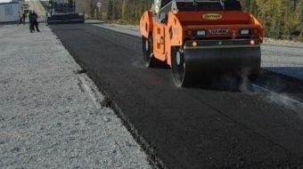 Он способен выдержать тяжелые и более жесткие нагрузки. Укладывают асфальт в рамках национального проекта по ремонту дорог.
