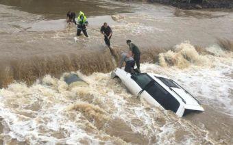 Водителя удалось спасти, он не пострадал. Движение транспорта по трассе в районе Смоляниново по-прежнему закрыто.