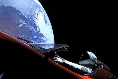 Запущенная в космос Tesla Roadster сделала первый оборот вокруг Солнца