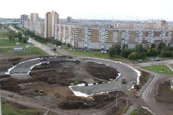 Она расположена на пересечении проспектов Химиков и Комсомольского.