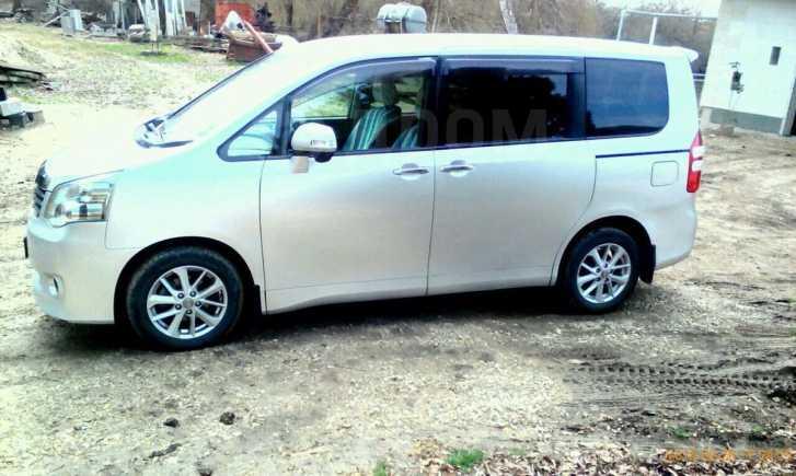 Toyota Noah, 2011 год, 986 000 руб.