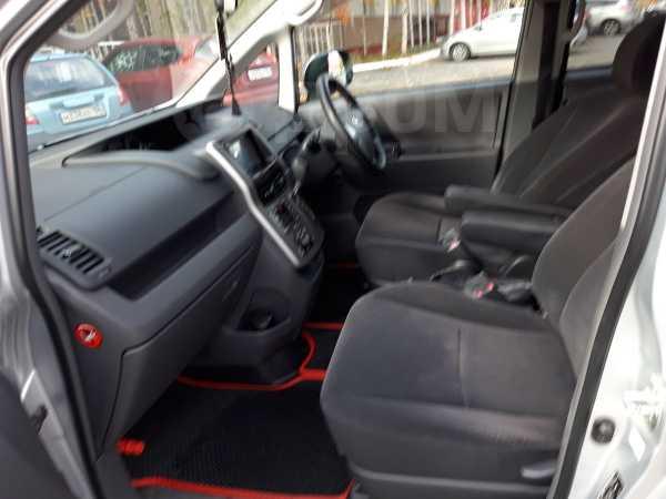 Toyota Voxy, 2009 год, 750 000 руб.
