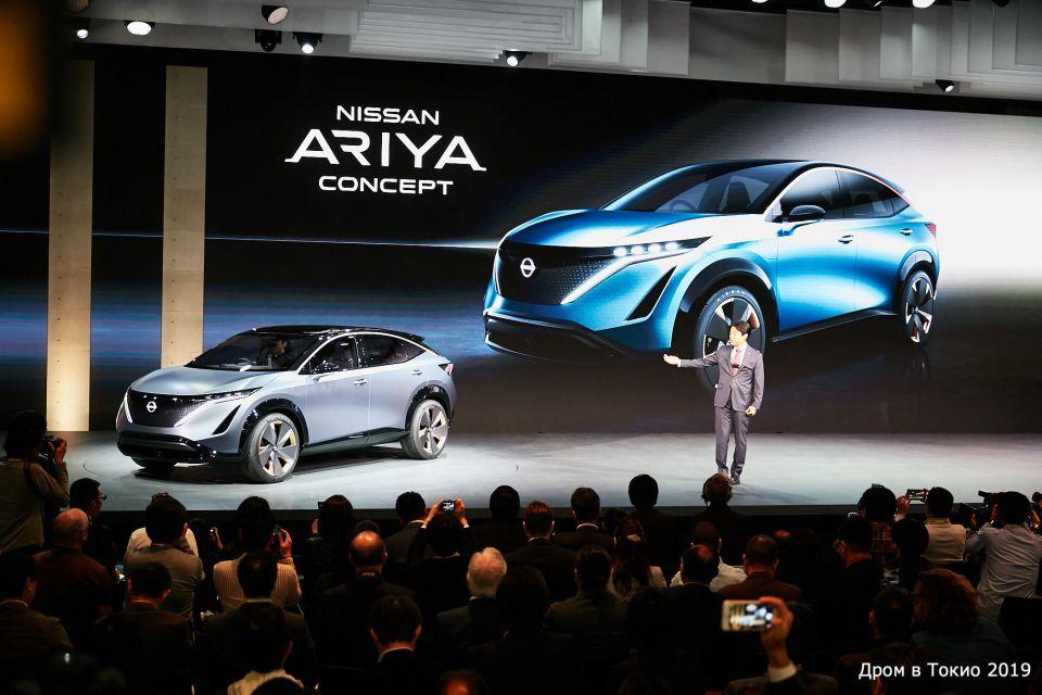 Накагуро Кунио, вице-президент Nissan презентует новый концепт.